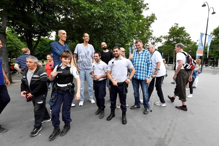 Homens mais altos do mundo posam com a polícia francesa