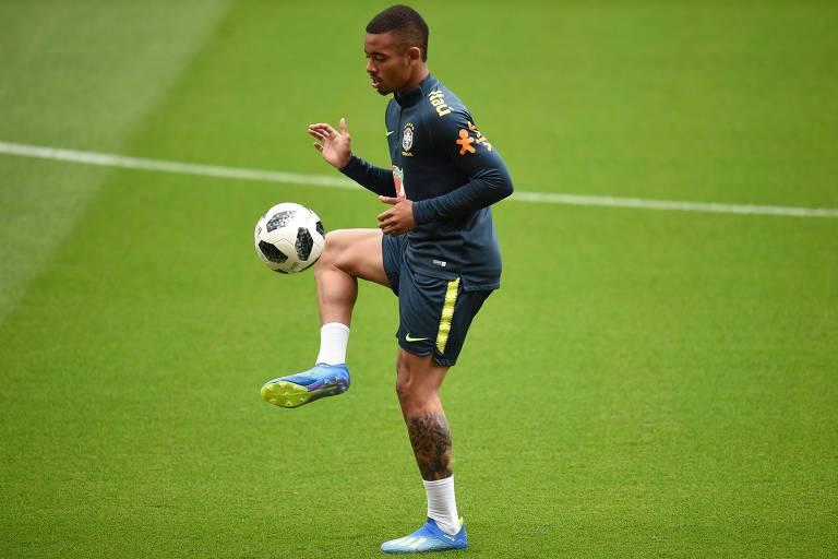 Gabriel Jesus participa de treino da seleção brasileira realizado neste sábado (2), em Liverpool