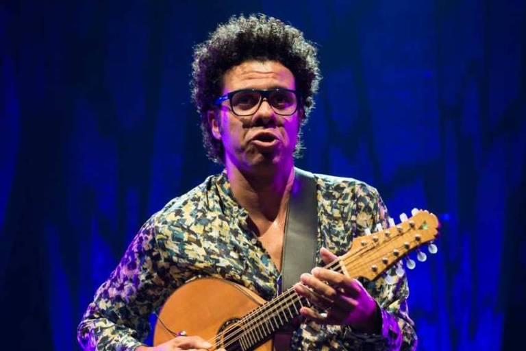 O músico Hamilton de Holanda, inventor do bandolim de dez cordas, lança disco em homenagem a Jacob do Bandolim