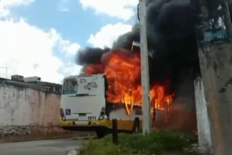 Ônibus incendiado por criminosos em Natal