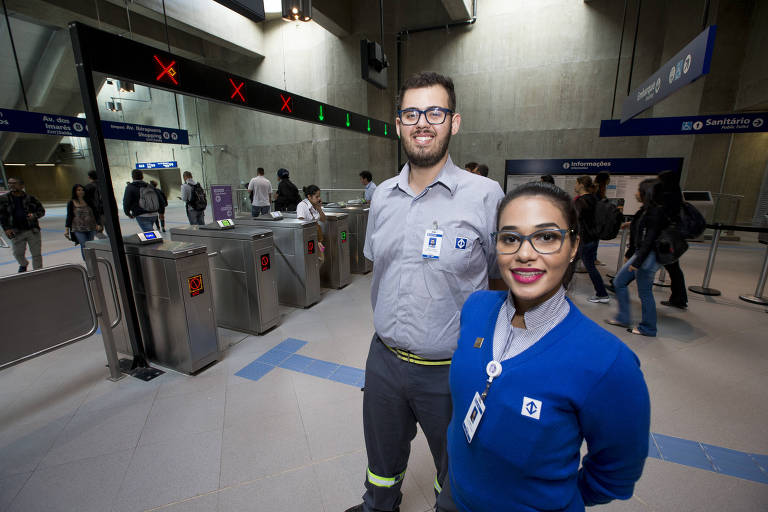 Agentes de estação Leandro, 19, e Thamara, 24; ele prestou concurso aos 17 e é o mais novo funcionário do Metrô, enquanto ela seguiu os passos da mãe