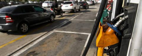 SÃO PAULO - SP - BRASIL, 31-05-2018, 14h00: GREVE DOS CAMINHONEIROS. Durante a tarde de hoje ainda haviam muitos postos com fila para abastecimento pela cidade. No posto da marginal Tietê, sentido da rodovia Ayrton Senna, na altura da ponte da Vila Guilherme, a fila era apenas para etanol, já que a gasolina só estava prevista para chegar durante  o final da tarde.   (Foto: Adriano Vizoni/Folhapress, MERCADO) ***EXCLUSIVO FSP***