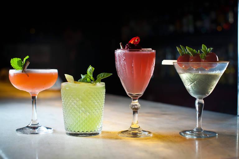 Drinques em copos de tamanhos variados e coloridos