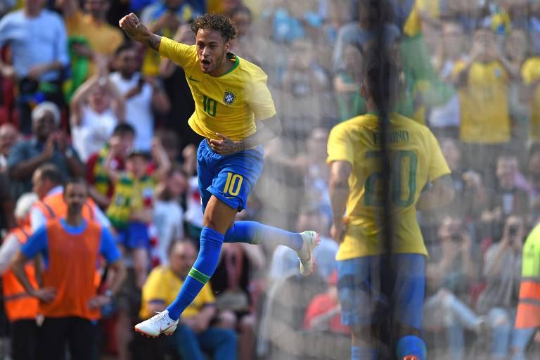 Neymar celebra após marcar primeiro gol do Brasil
