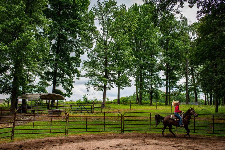 Bari Brookis, que teve câncer de mama, anda a cavalo nos EUA