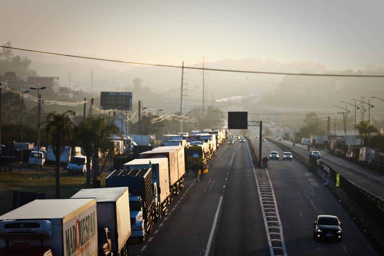 Caminhões na estrada