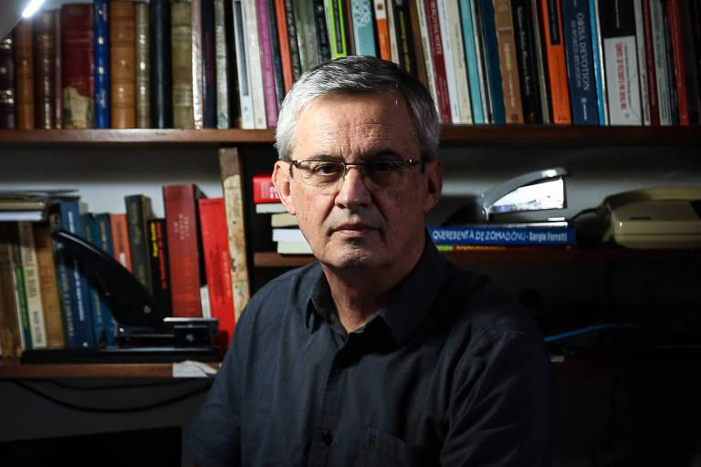 O sociólogo Reginaldo Prandi posa para foto em frente a uma estante de livros, em sua casa, em São Paulo