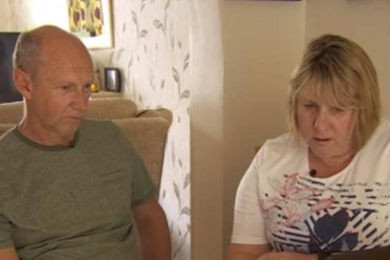 Homem e mulher olham para tela do computador