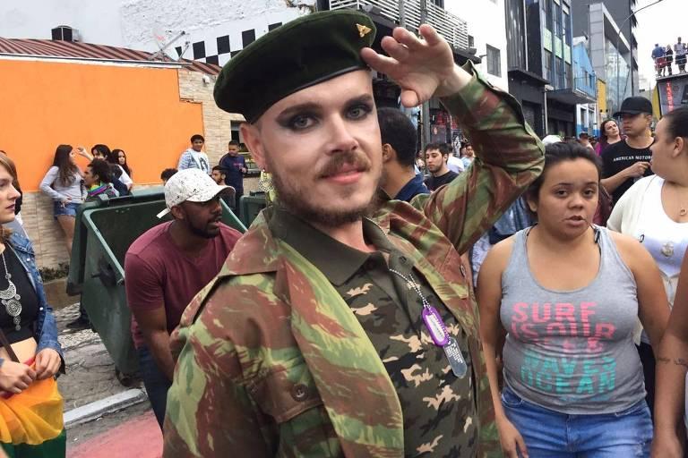 Rapaz com roupa militar e maquiagem