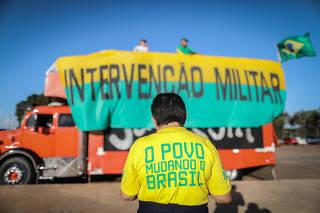 Grupo pede intervenção militar durante paralisação dos caminhoneiros em maio de 2018