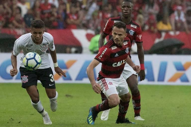 René e Pedrinho (à esq.) disputam lance na partida entre Flamengo e Corinthians