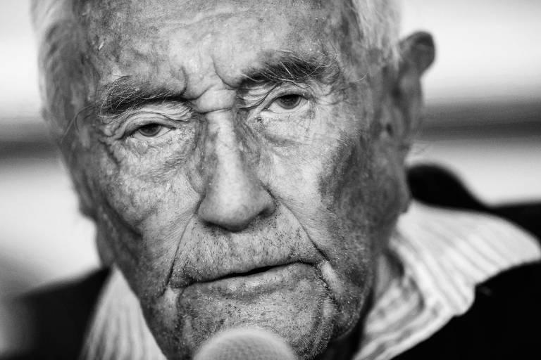 O cientista australiano David Goodall, que recentemente viajou à suíça para morrer; seu caso difere dos de eutanásia ativa (indicada por médicos) ou passiva (solicitada por pacientes terminais), pois ele estava saudável, mas ainda assim tornou-se símbolo do debate no mundo