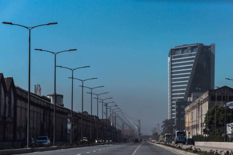 imagem da avenida com prédios