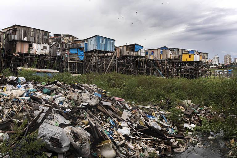 Palafitas  e lixo acumulado do bairro Educandos, no centro de Manaus, que não possui saneamento básico