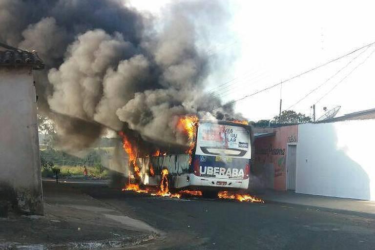 Ônibus incendiado por homens encapuzados em Uberaba (MG), no Triângulo Mineiro