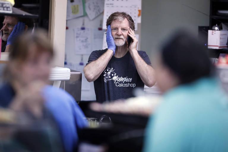 O confeiteiro Jack Phillips em sua loja no Colorado logo após a decisão da Suprema Corte a seu favor