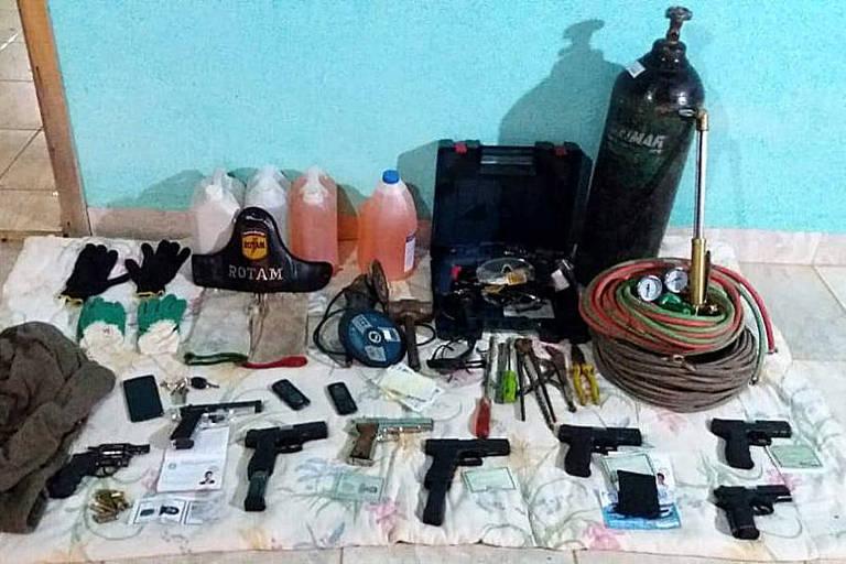 Armas de fogo, um maçarico a gás, explosivos e produtos inflamáveis que seriam usados pela quadrilha em GO