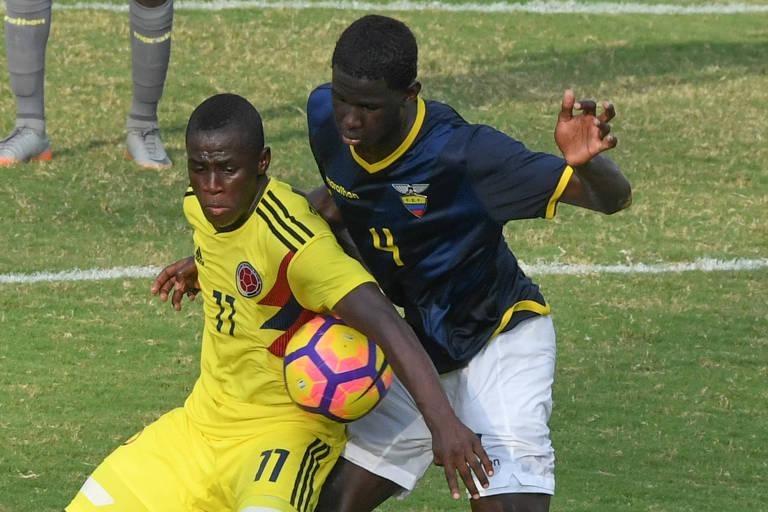 Jackson Porozo (à direita) disputa bola em jogo da seleção do Equador sub-17 contra a Colômbia