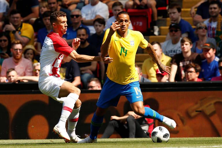 O lateral direito Danilo durante amistoso contra a Croácia