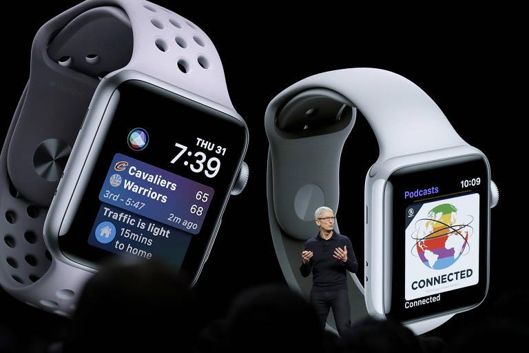 O presidente-executivo da Apple, Tim Cook, fala à frente de imagens do Apple Watch durante econtro de desenvolvedores em San Jose, na Califórnia