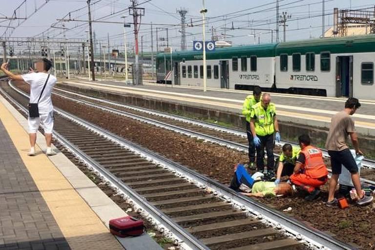 Homem tirou selfie enquanto mulher acidentada era atendida em estação de trem em Piacenza