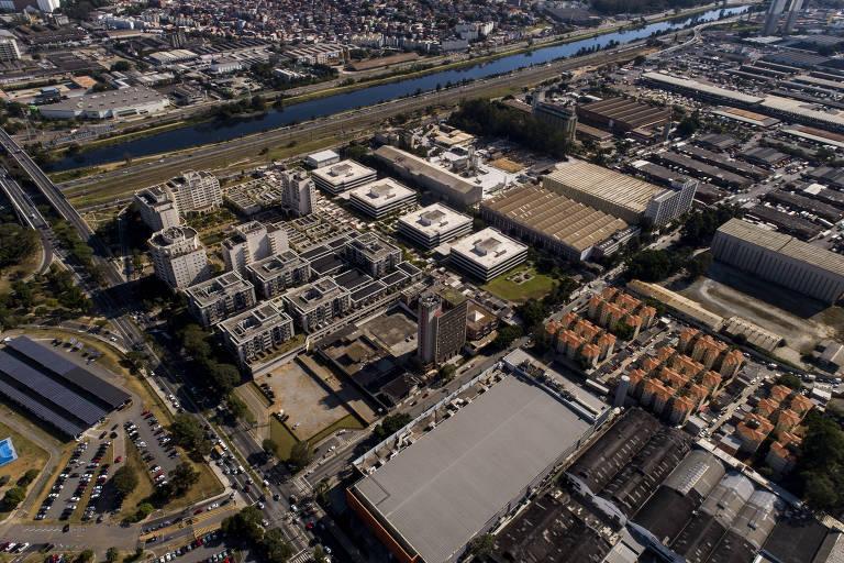 Imagem aérea mostra terreno próximo à marginal Pinheiros, em SP, com galpões, prédios populares e condomínios