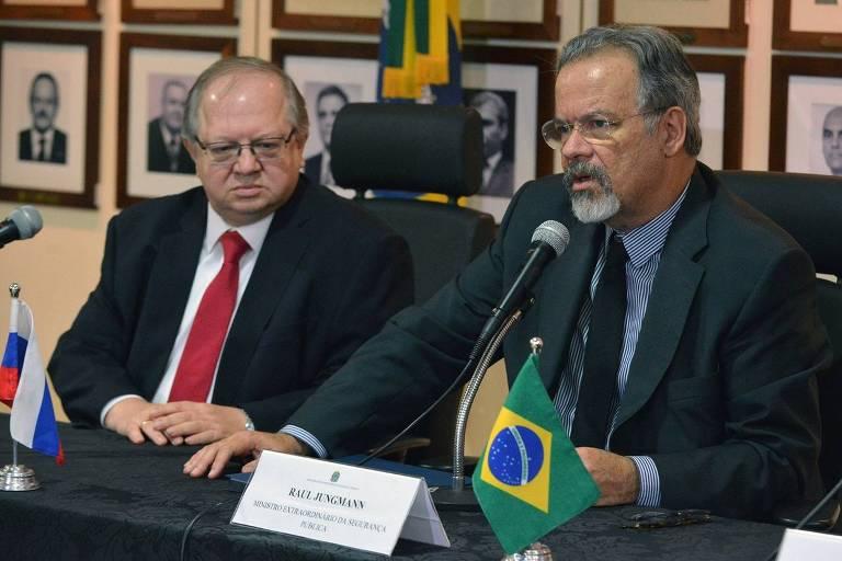 O ministro de Segurança Pública, Raul Jungmann, ao lado do embaixador da Rússia no Brasil, Serguei Akopov