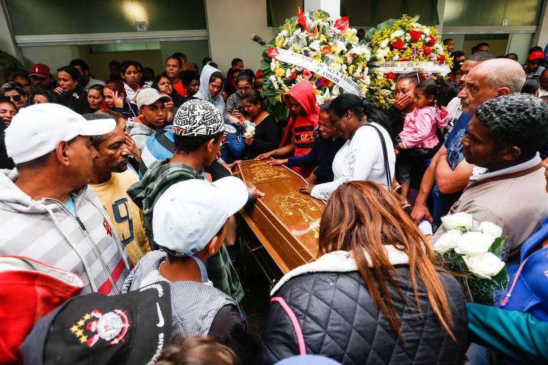 Familiares e amigos acompanham o enterro de quatro dos cinco jovens que desapareceram e foram encontrados mortos em Mogi das Cruzes (SP) em 2016