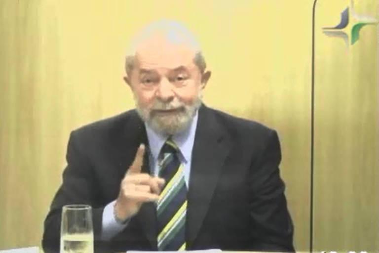 O ex-presidente Luiz Inácio Lula da Silva durante depoimento na sede da PF em Curitiba, onde está preso; ele usa gravata verde e amarela
