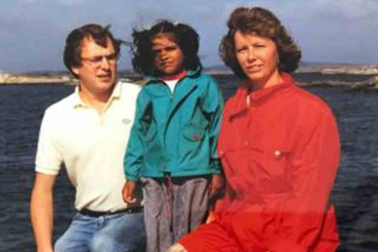 Kiran e os pais adotivos: Apesar de infância descrita como feliz, indiana sentia que faltava algo em sua vida