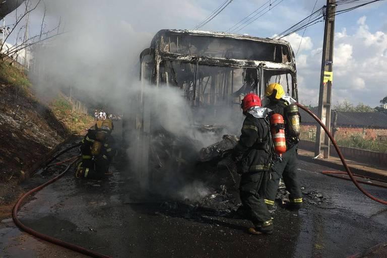 Bombeiros apagam fogo em ônibus