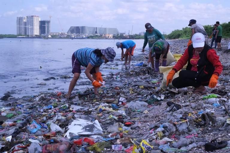 Ação de limpeza e identificação de marcas poluidoras promovida pela ONG Break Free From Plastic nas Filipinas, em 2017