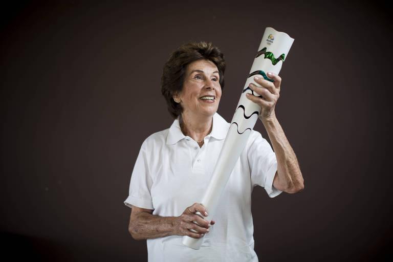 Maria Esther Bueno segura a tocha olímpica da Rio-2016