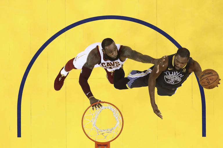 Os jogadores LeBron James, do Cleveland Cavaliers, e Kevin Durant, do Golden State Warriors, em jogo da final da NBA