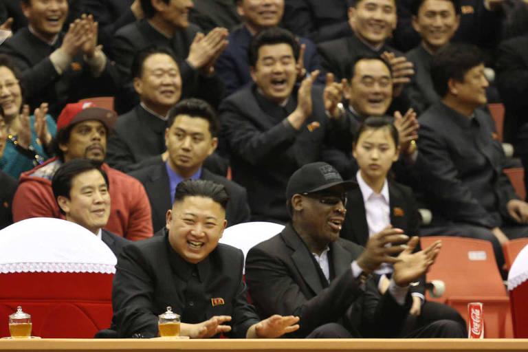 Kim Jong-un (à esq.) e Dennis Rodman assistem partida de basqueste na Coreia do Norte