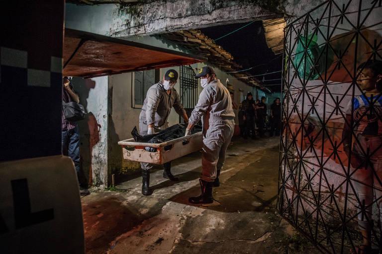 Corpo de jovem assassinado dentro de casa por dois homens que chegaram em uma moto é removido em Ananindeua, na Grande Belém
