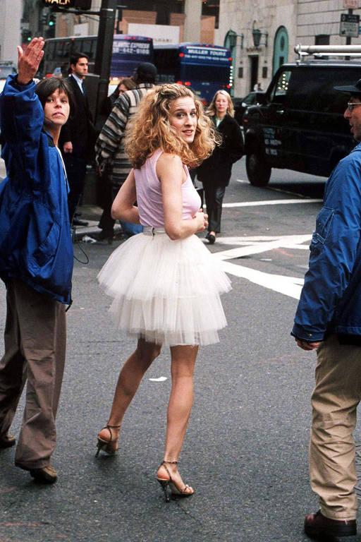 """Sarah Jessica Parker caracterizada para a abertura de """"Sex and the City""""; série da HBO faz 20 anos"""