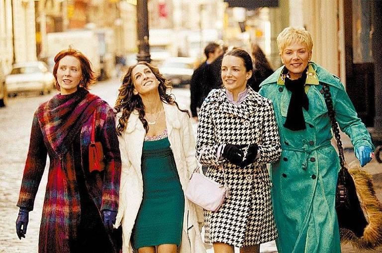 As quatro protagonistas da série Sex and the City caminham por rua de Nova York no outono