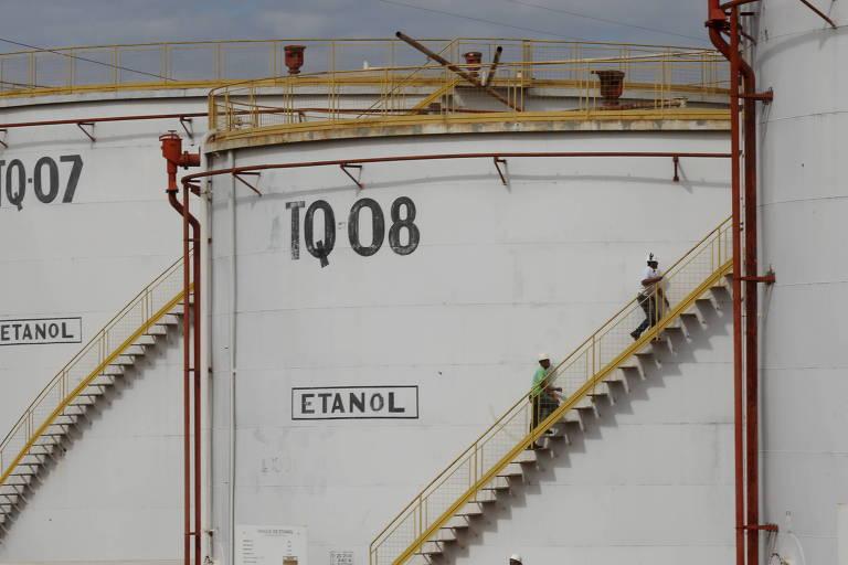 Funcionários em usina de etanol no interior de SP