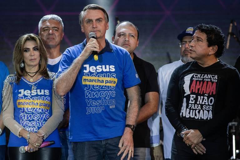 Jair Bolsonaro segura microfone