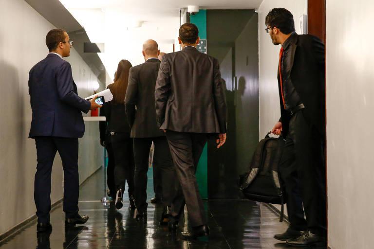 Agentes da Polícia Federal deixam o gabinete da liderança do PTB na Câmara após cumprirem mandado de Busca e Apreensão no âmbito da operação Registro Espúrio, que apura irregularidades em registros de sindicatos