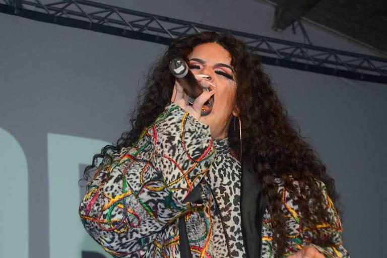Gloria Groove durante evento para lançar clipe com Léo Santana