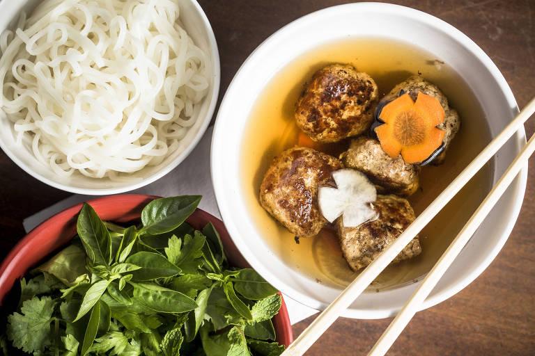 Servido no Bia Hoi, o bun chá são almôndegas de porco em caldo de molho de peixe