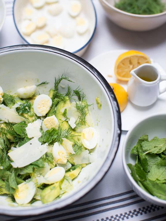 Avocado com dill, parmesão, ovo de codorna e sumac é um dos itens especiais do menu de aniversário do Chou
