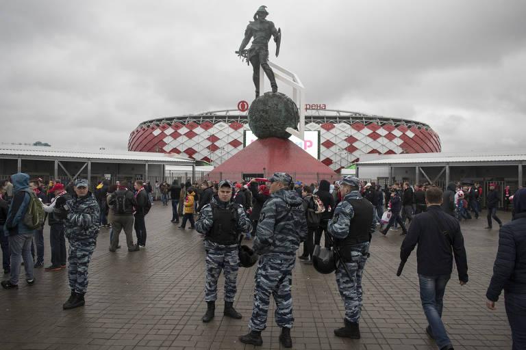 Policiais russos em frente a um estádio