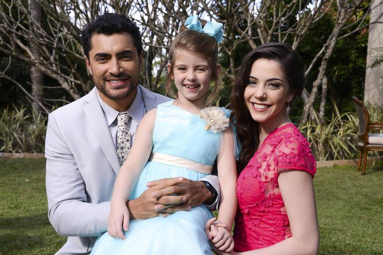 Gustavo (Carlo Porto), Dulce (Lorena Queiroz) e Cecília (Bia Arantes)