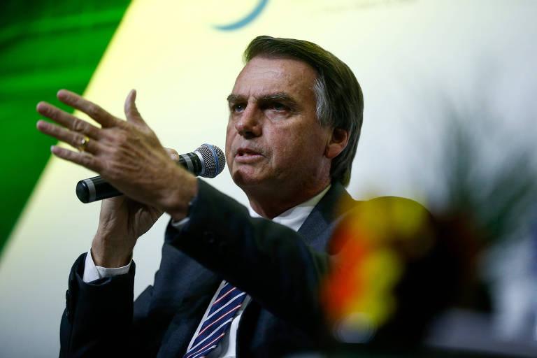 Jair Bolsonaro (PSL) gesticulando durante entrevista