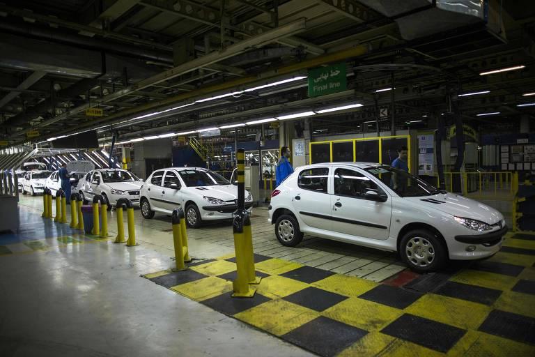 Carros da Peugeot em fábrica que a francesa tem em Teerã em parceria com a montadora local Khodro