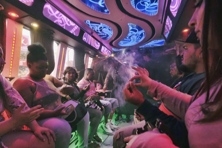 Turistas compartilham cigarro de maconha em ônibus turístico em Los Angeles