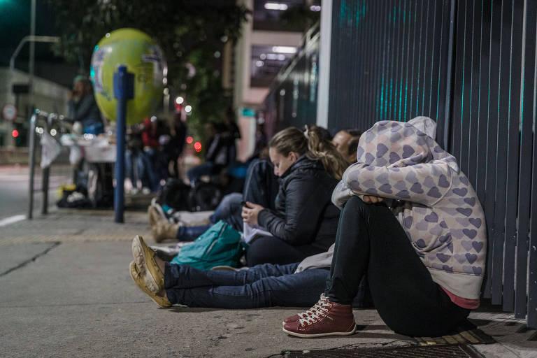 Alunos da FMU, que se inscreveram no Fies, passam a madrugada em frente à faculdade para validar suas matrículas